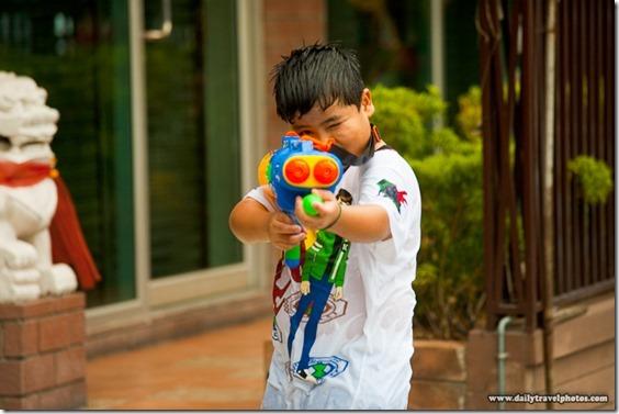 110419_songkran_water_gun_shooting_water_festival_bangkok_thailand_IMG_9430[1]